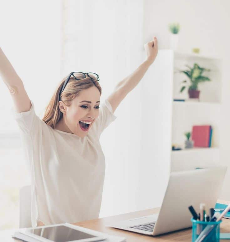 excited woman discovering our Certificate IV in Entrepreneurship and New Business program specialises in lash and brow training courses with salon and business training